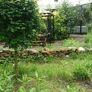 Op onze openbare tuin genaamd 'De Wijde Blick' (achter het clubhuis) wordt ook zoveel mogelijk aan Natuurlijk Tuinieren gedaan. Er staat ook een muurtje van stenen en scherven, waar allerlei insecten en andere kleine dieren tussen de holtes onderdak kunnen vinden.