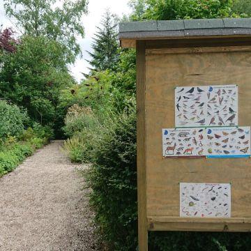 Op onze openbare tuin genaamd 'De Wijde Blick' (achter het clubhuis) wordt ook zoveel mogelijk aan Natuurlijk Tuinieren gedaan. Hier is een nieuw info bord met informatie over bodemdiertjes, tuinvogels, vlinders en zoogdieren van Nederland.