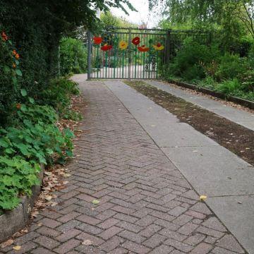 groene middenstrook ingezaaid bij de ingang